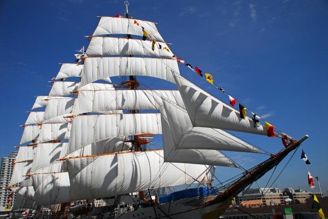 横浜の港の船