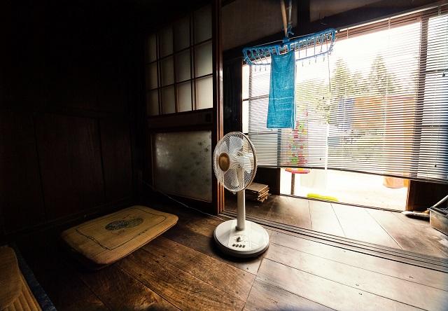 扇風機のある田舎の部屋