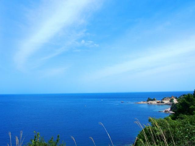 晴天の空と青い海