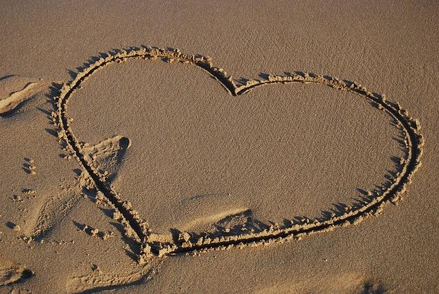 砂浜に書かれたハートマーク