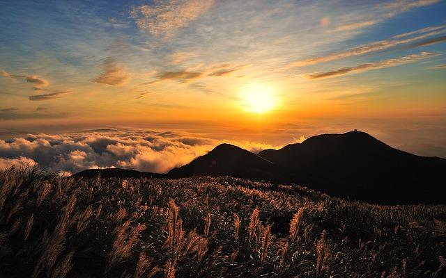 山と太陽の風景