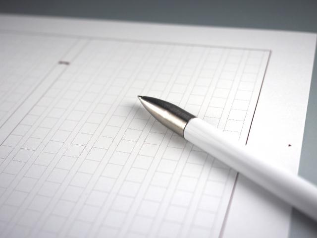 原稿用紙とペン
