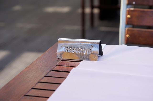 RESERVEの札が置いてあるテーブル