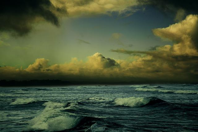 台風で荒れる海