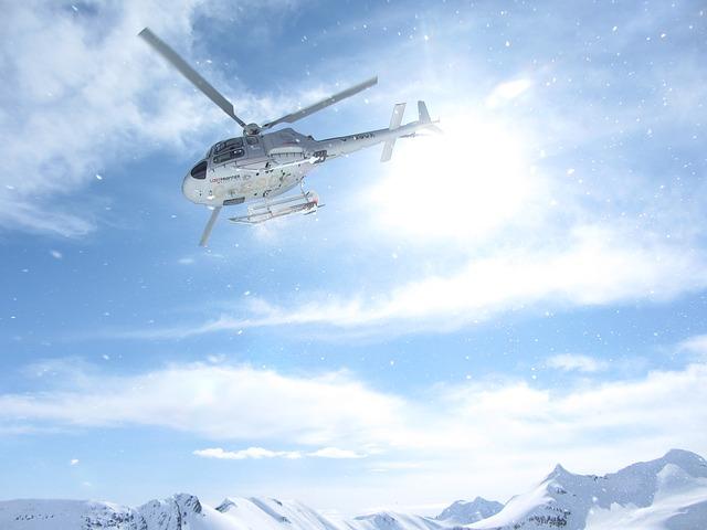 ヘリコプターが空を飛んでいる様子