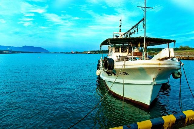 晴れた日に停泊中の漁船