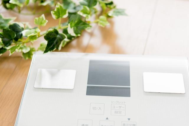 白いデジタルの体重計