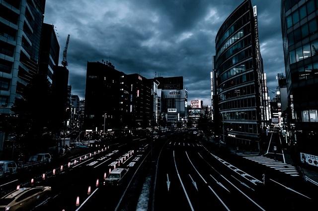 曇りの日の夜の東京