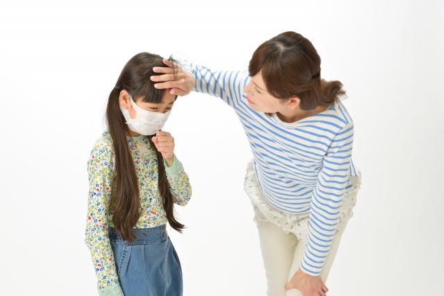 風邪気味の女の子と心配する母親