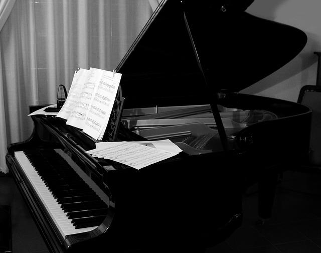 グランドピアノと楽譜