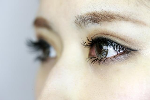 カラコンをつけた女性の目