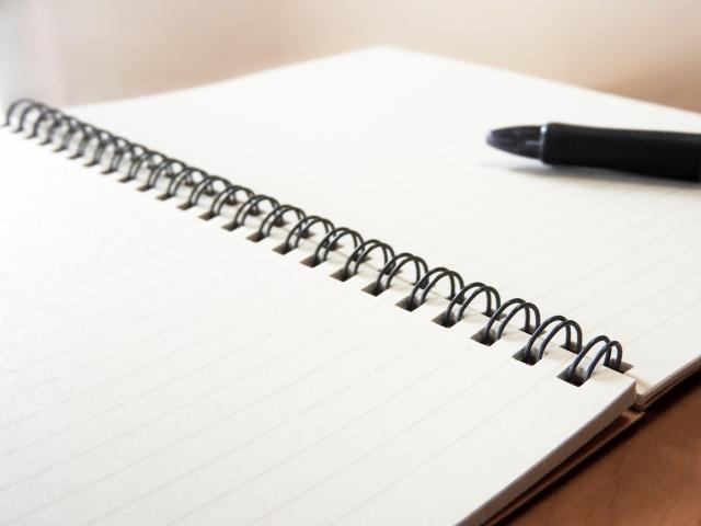 机の上のノートとペン