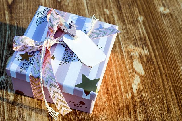 箱に入れたクリスマスプレゼント