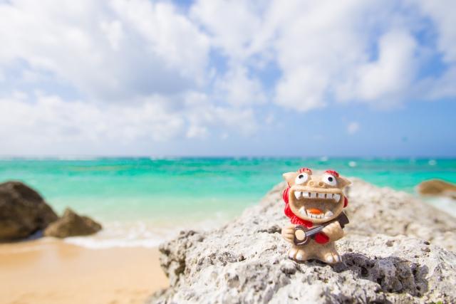沖縄の海とシーサーの置物
