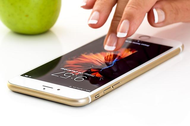 スマホを操作する女性の指