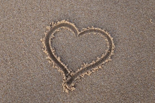 砂浜に書かれたハートのマーク