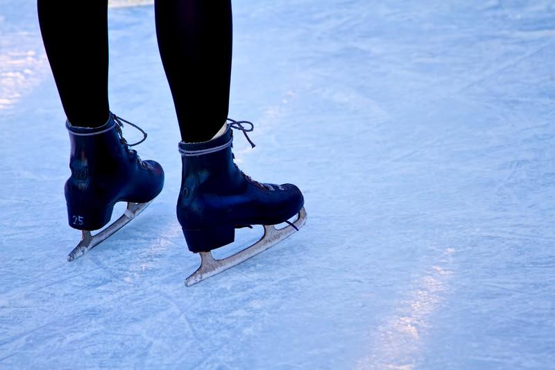 アイススケートの靴を履いた人の足