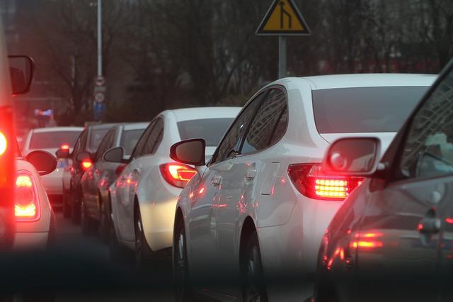 渋滞する車