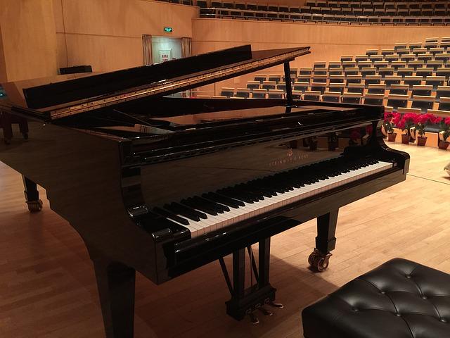 コンサート会場に置かれたグランドピアノ