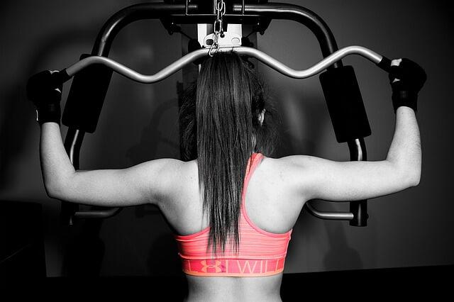 スポーツジムで鍛える女性の後ろ姿