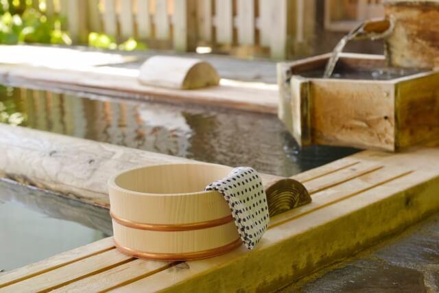 温泉と桶と手ぬぐい