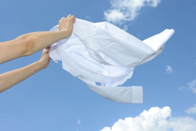 洗濯したシャツを外に干す