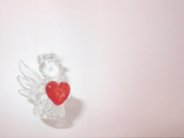 ガラスで作られた天使とハートの置物