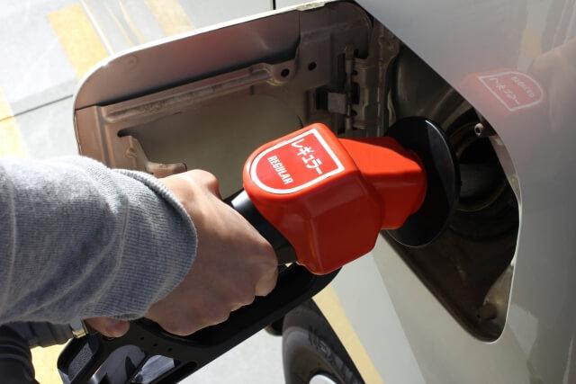 ガソリンを車に給油する人