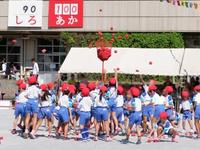 運動会で玉入れをする小学生
