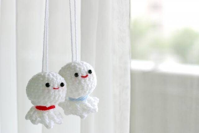 窓際に吊るされた2つのてるてる坊主