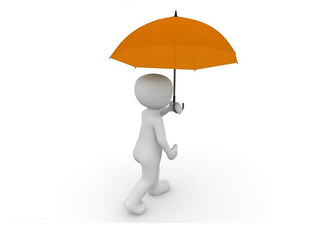 傘をさして歩く人