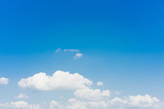 青空と少しの雲