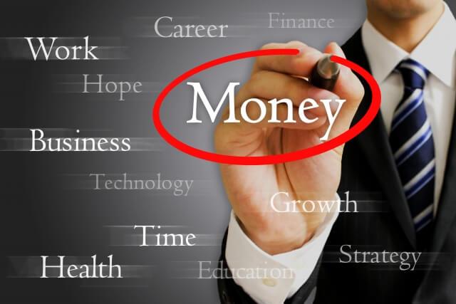 Moneyという字に丸をつけるサラリーマン