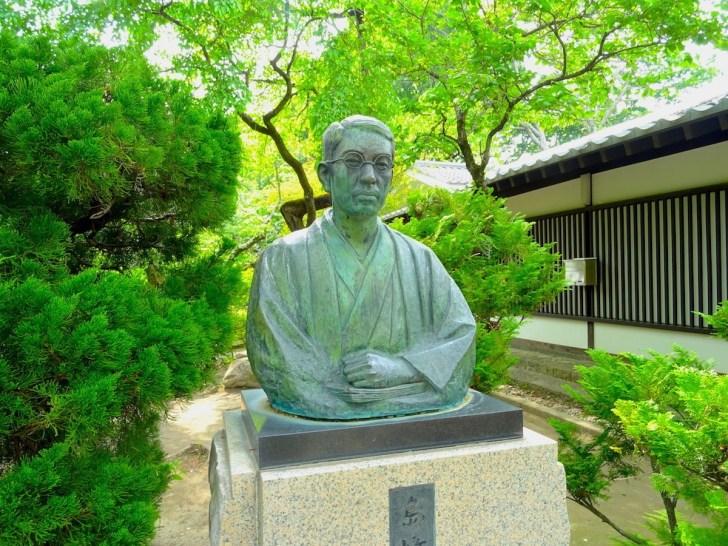 藤村記念館前に立つ島崎藤村像
