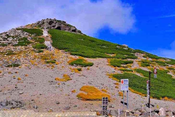 車道最高所の県境ゲートから眺めた大黒岳