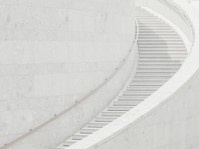 白いらせん階段