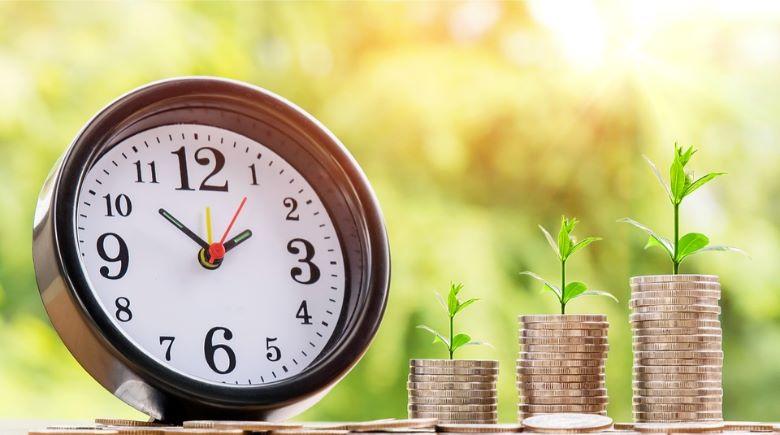 時計と積み重なるコイン