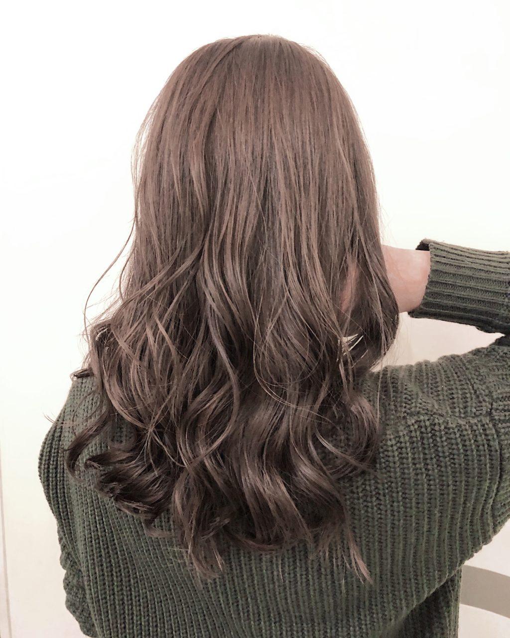 暗めグレージュのヘアスタイル