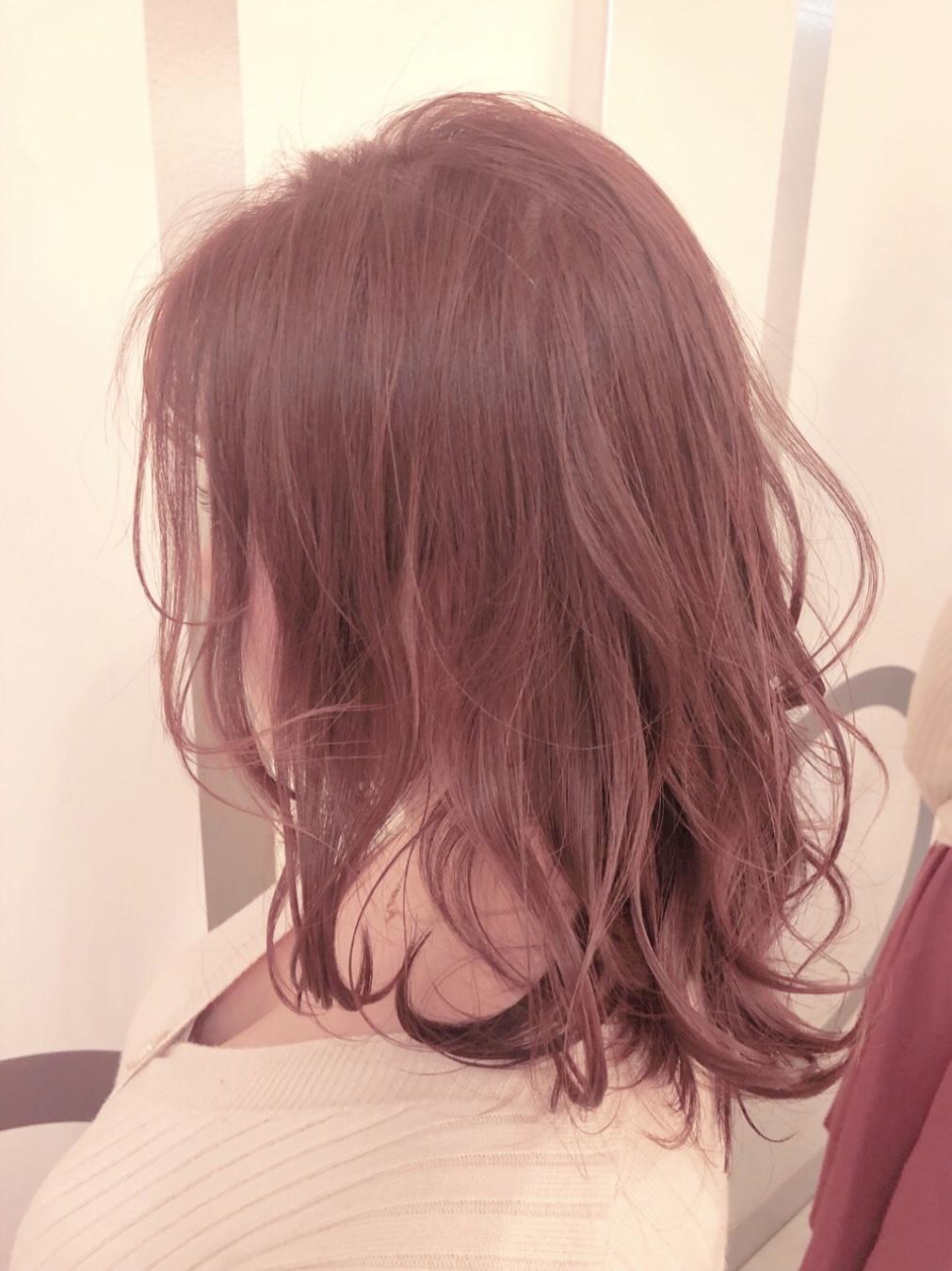 白熱灯下でのラベンダーピンクのヘアカラー