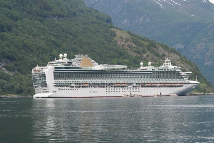 Friend ship: Azura at Geiranger