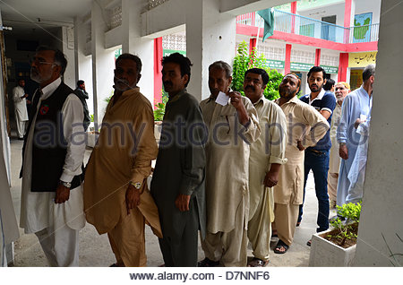 rawalpindi-pakistan-11th-may-2013-men-queue-to-vote-at-a-polling-station-d7nnf6