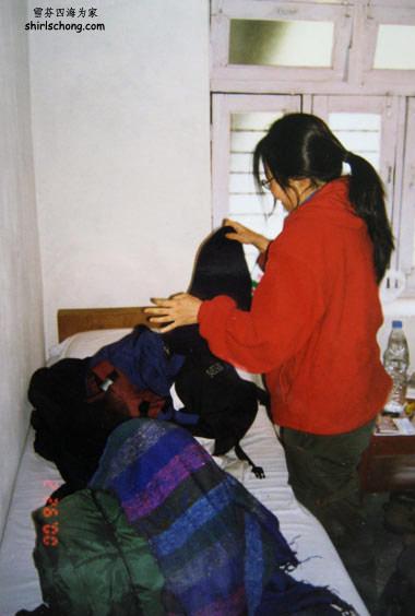 我在上山一间tea house整理背包 (相片里红色的外套(fleece), 彩色的围巾和背包都是在Thamel买的)