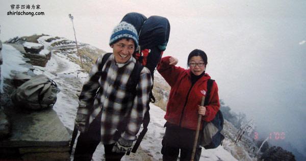 看我们的背夫 (porter)多棒!一个人背我和KS两个人的背包 !有至少二十公斤也!他走山还可以健步如飞呢!
