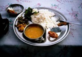 Dal Bhat - 一种尼泊尔最常见的食物,用扁豆和香料煮出来的浓浓汤料来配饭吃