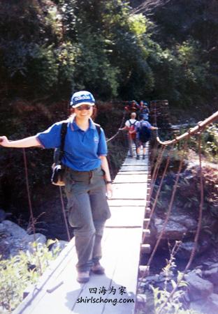 后来,我真的需鼓起勇气过这种木桥。照片里的我只是强颜欢笑罢了!(照片是九年前用film拍的,素质很差)
