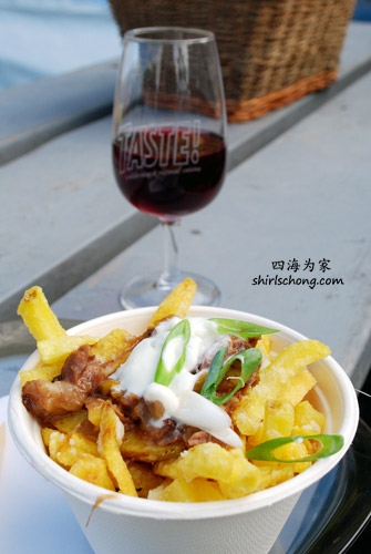 Jamie Kennedy's Oxtail Poutine with 5 year old Black River cheddar & his Pinor Noir (Taste 2009)