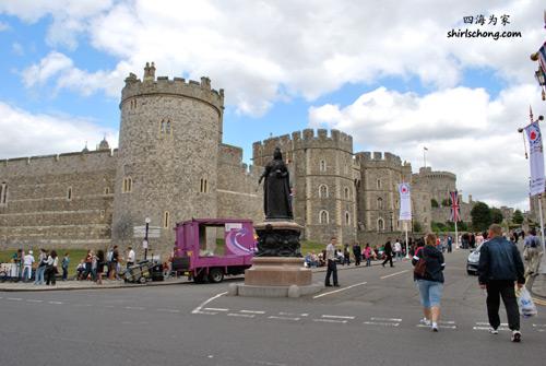 Windsor Castle, England (门前有个大垃圾车,我等了很久它都不驶开,讨厌! ;P )