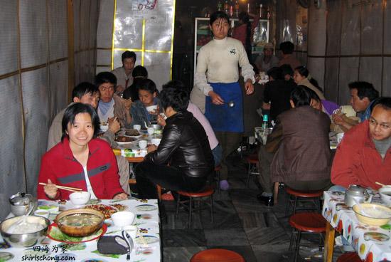 在中国,我们常就这样闯进当地人的餐馆吃。我们不喜欢去专为旅客开的餐馆。