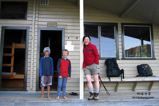 这两位小兄弟徒步起来很行哟!(Abel Tasman, New Zealand)