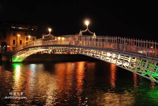 每一个城市都有一座当地人骄傲的桥,都柏林的是这一座。